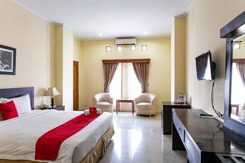 RedDoorz Plus near Alun Alun Karanganyar Karanganyar - RedDoorz Deluxe Room Best Deal