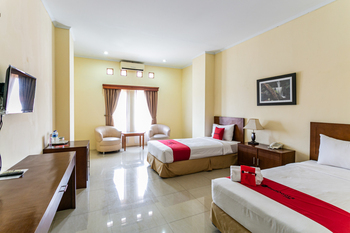 RedDoorz Plus near Alun Alun Karanganyar Karanganyar - RedDoorz Twin Room Best Deal