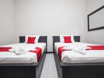 RedDoorz Plus near Banyuwangi Airport Banyuwangi - RedDoorz Premium Twin Room Last Minute Deal