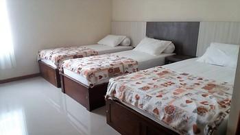 Utama Kost Harian Jember - Deluxe Room 3 bed Regular Plan