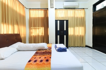 Ratu Guest House Syariah Samarinda - Standard Double Bed Bathroom Inside with Balcony Minimum Stay 42%