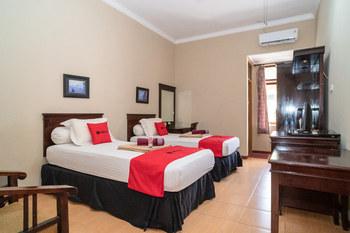RedDoorz Plus near Jalan Ahmad Yani Banjarmasin 2 Banjarmasin - RedDoorz Twin Room AntiBoros