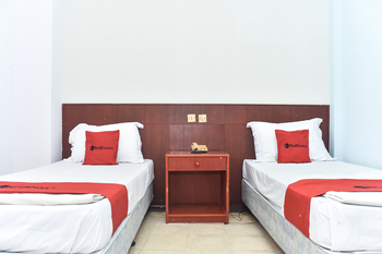 RedDoorz near Kampung Warna Warni Malang - RedDoorz Twin Room Basic Deals 5%