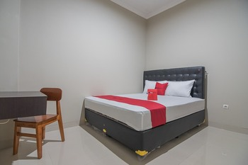 RedDoorz near Ambarukmo Yogyakarta 2 Yogyakarta - RedDoorz Deluxe Room 24 Hours Deal