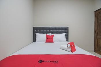 RedDoorz near Ambarukmo Yogyakarta 2 Yogyakarta - RedDoorz Room with Breakfast 24 Hours Deal