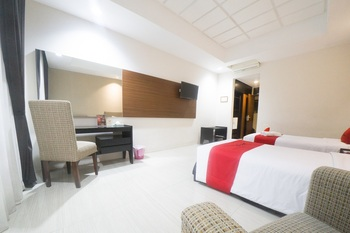 RedDoorz Plus @ New Grand Park Hotel Surabaya - RedDoorz Premium Twin Room Last Minute