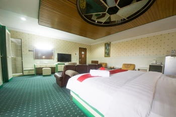 RedDoorz Plus @ New Grand Park Hotel Surabaya - RedDoorz Suite Room with Breakfast Regular Plan