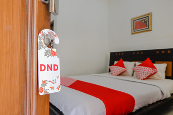 OYO 1190 Ndalem Katong Guest House Ponorogo - Deluxe Double Room Regular Plan