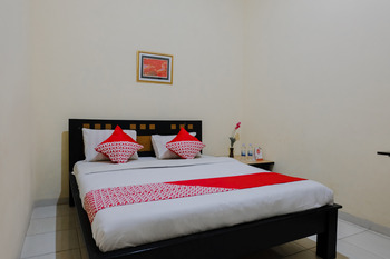 OYO 1190 Ndalem Katong Guest House Ponorogo - Standard Double Room Regular Plan