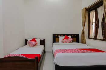 OYO 1190 Ndalem Katong Guest House Ponorogo - Standard Twin Room Regular Plan