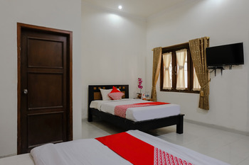 OYO 1190 Ndalem Katong Guest House Ponorogo - Suite Triple Regular Plan