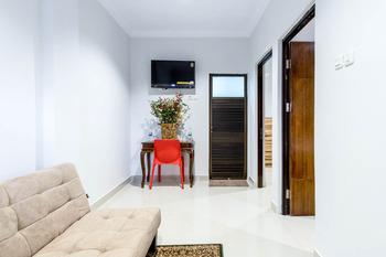 OYO 283 Helvetia Residence Medan - Suite Triple Room Regular Plan