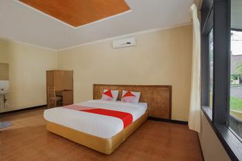 Capital O 3094 Hotel Cleopatra Sukabumi - Deluxe Double Room Regular Plan