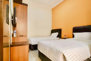 RedDoorz Plus Syariah near Cirebon Super Block Mall 2 Cirebon - RedDoorz Twin Room Special Promo 12