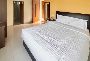 RedDoorz Plus Syariah near Cirebon Super Block Mall 2 Cirebon - RedDoorz Room Last Minute