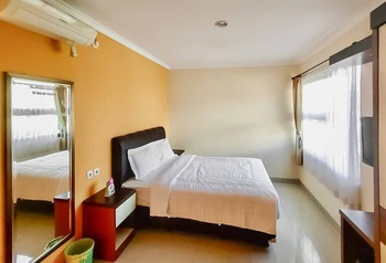 RedDoorz Plus Syariah near Cirebon Super Block Mall 2 Cirebon - RedDoorz Deluxe Room Regular Plan