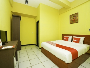 OYO 2493 Lotus Hotel Syariah Bojonegoro - Deluxe Double Room Regular Plan
