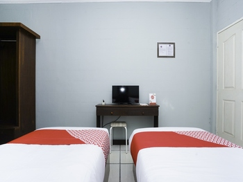 OYO 2493 Lotus Hotel Syariah Bojonegoro - Standard Twin Room Regular Plan