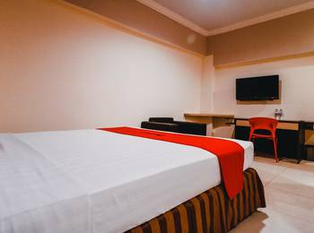 RedDoorz Plus near Makassar Town Square Makassar - RedDoorz Deluxe Twin Room with Breakfast special deals