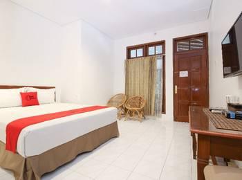 RedDoorz Plus near Alun Alun Selatan 2 Yogyakarta - Deluxe Room Last Minute