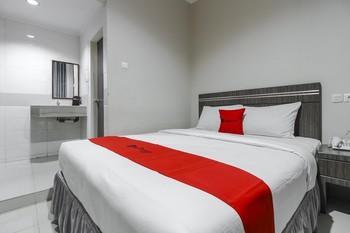 RedDoorz Plus Syariah @ Jalan Sriwijaya Medan Medan - RedDoorz Room Regular Plan