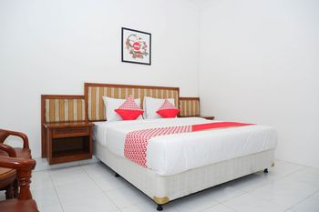 OYO 1136 Hotel Surya Solo Solo - Deluxe Double Room Regular Plan