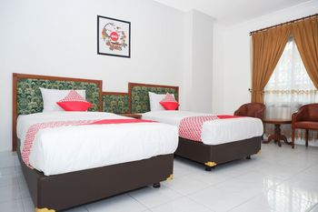 OYO 1136 Hotel Surya Solo Solo - Deluxe Twin Room Regular Plan