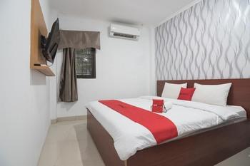 RedDoorz near Cimahi Station Bandung - RedDoorz Deluxe Room 24 Hours Deal