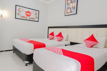 OYO 803 Toetie Hotel Malang - Suite Triple Regular Plan