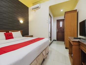 RedDoorz Plus near Depati Amir Airport