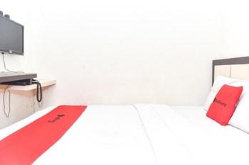 RedDoorz near Universitas Muhammadiyah Makassar Makassar - RedDoorz Deluxe Room with Breakfast Basic Deal