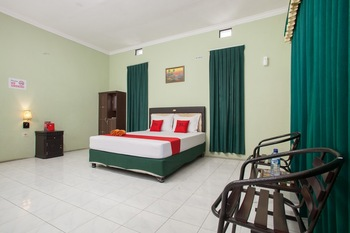 RedDoorz Syariah @ Janti Malang Malang - RedDoorz Room with Breakfast  Regular Plan
