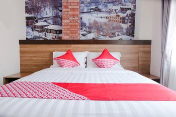 OYO 809 Noura Guest House Syariah Malang -  Deluxe Double Room Regular Plan