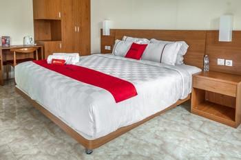 RedDoorz Resort near Bukit Campuhan Ubud Bali - RedDoorz Deluxe Room Basic Deals Promotion