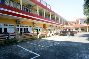 RedDoorz Plus near Stadion Wijaya Kusuma