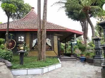 Yoschi's Hotel Probolinggo - Bungalow Room Regular Plan