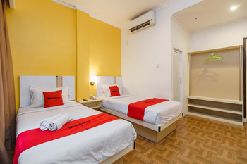 RedDoorz Plus @ Blessing Hotel Palembang Palembang - RedDoorz Deluxe Twin Room Basic Deal