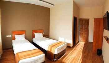 Bluefire Homestay Syariah Banyuwangi - DELUXE TWIN ROOM Room Only NR Stay More, Pay Less