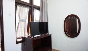 Green Surabaya Homey Surabaya - Queen Happiness Room (AC+ TV) Regular Plan