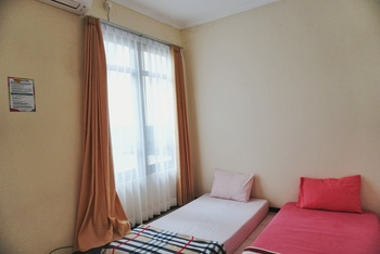 Green Surabaya Homey (Syariah) Surabaya - Twin Happiness Room (AC + TV) Regular Plan