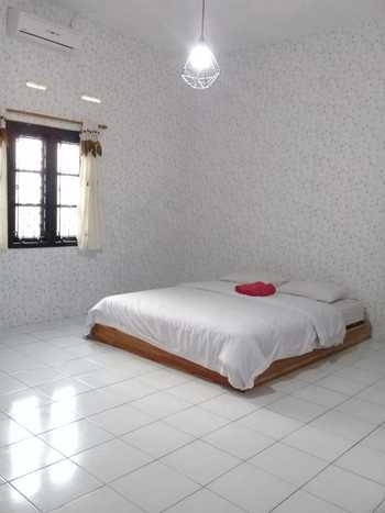 Ndalem Diajeng Homestay Jogja - Deluxe room AC dengan kamar mandi dalam (air panas) Regular Plan