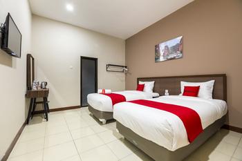 RedDoorz Plus near Ronggowarsito Museum Semarang Semarang - RedDoorz Premium Twin Room Last Minute