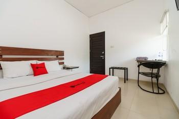 RedDoorz near Jembatan Siti Nurbaya Padang Padang - RedDoorz Deluxe Room Best Deal