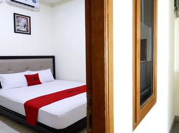 RedDoorz Plus near Universitas Indonesia Depok - RedDoorz Room Last Minute Deal