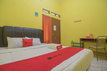 RedDoorz Syariah @ Pembangunan Street Cirebon - RedDoorz Deluxe Room with Breakfast Basic Deal
