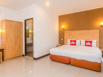 ZenRooms Seminyak Batu Belig - Double Room Regular Plan