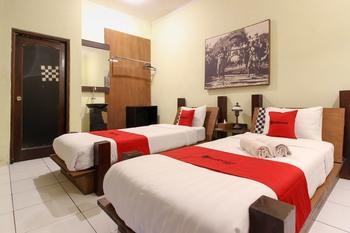 RedDoorz Plus @ Palagan Yogyakarta - RedDoorz Deluxe Twin Room Last Minute