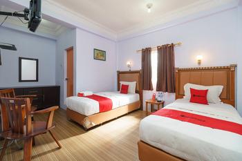 RedDoorz near Pantai Bebas Parapat Danau Toba - RedDoorz Twin Room 24 Hours Deal