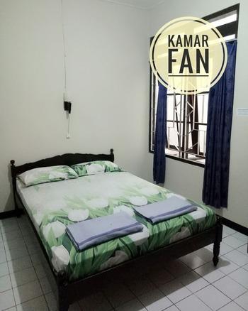 Hotel Karunia Yogyakarta - Kamar Fan Dengan Kamar Mandi di Luar Regular Plan