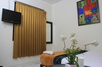 Bantal Guling Gatsu Bandung - Double Standard AC Shared Bathroom Room Only 20% For Stay 5 Nights